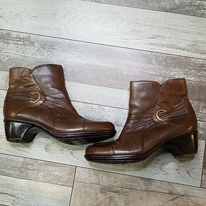 Clark's brown distressed leather ankle boots 9.5